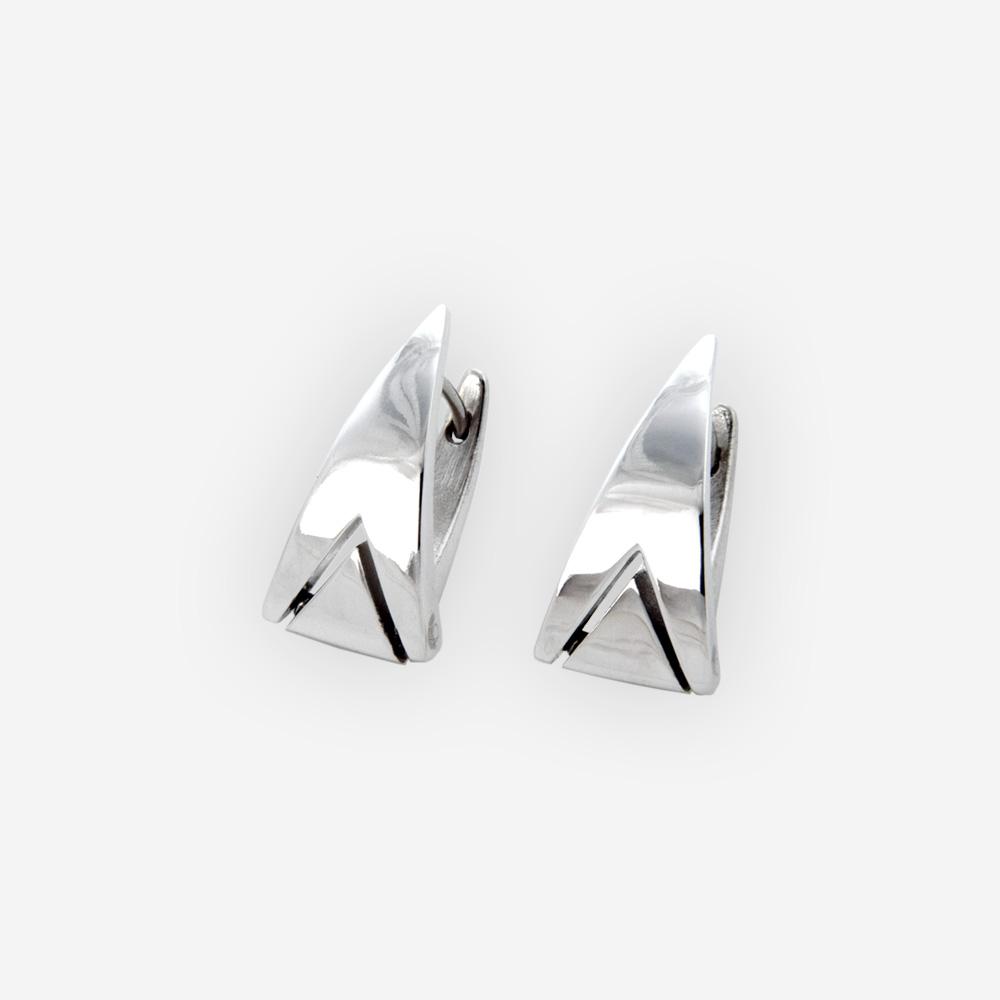Aretes geométricos de plata huggie con detalle triangular moderno y hechos de plata .925.