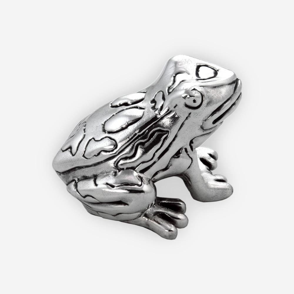 Escultura de sapo de plata pequeña con acabados oxidados y pulidos contrastantes.