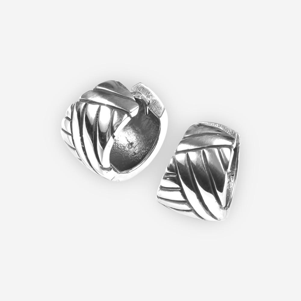 Aretes de plata simples con diseño grabado y cierre huggie.