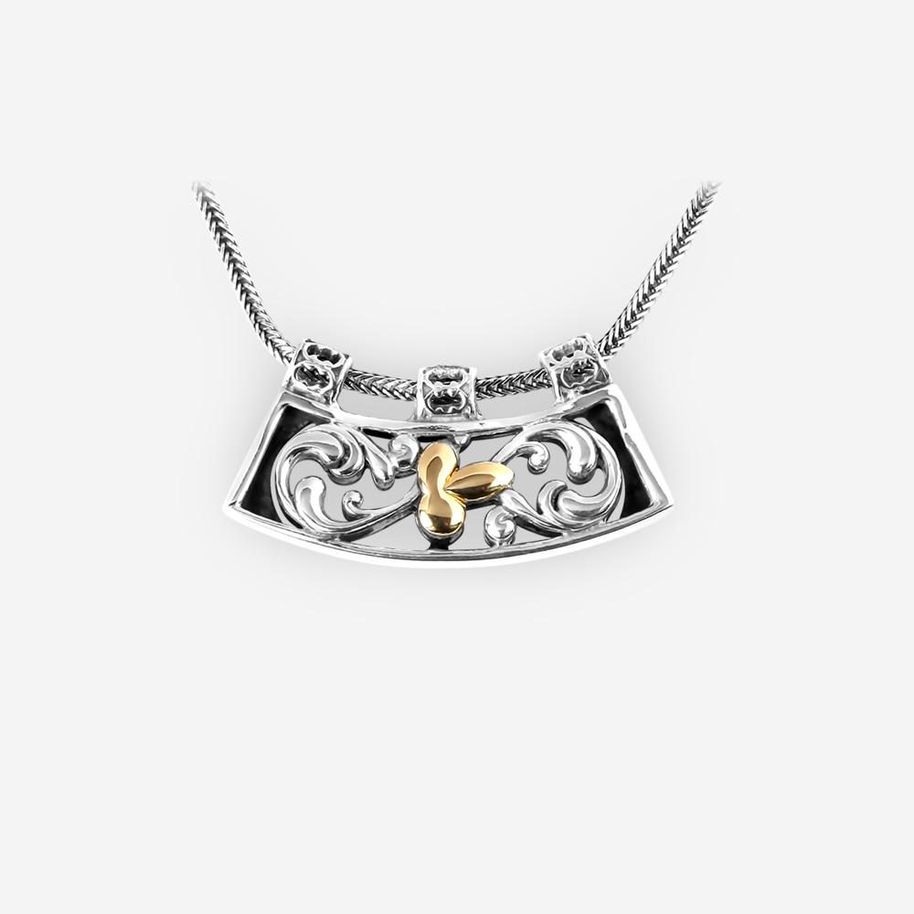 Collar de plata filigrana floral con un colgante de hoja de oro 14k colgando de una cadena de plata fina.