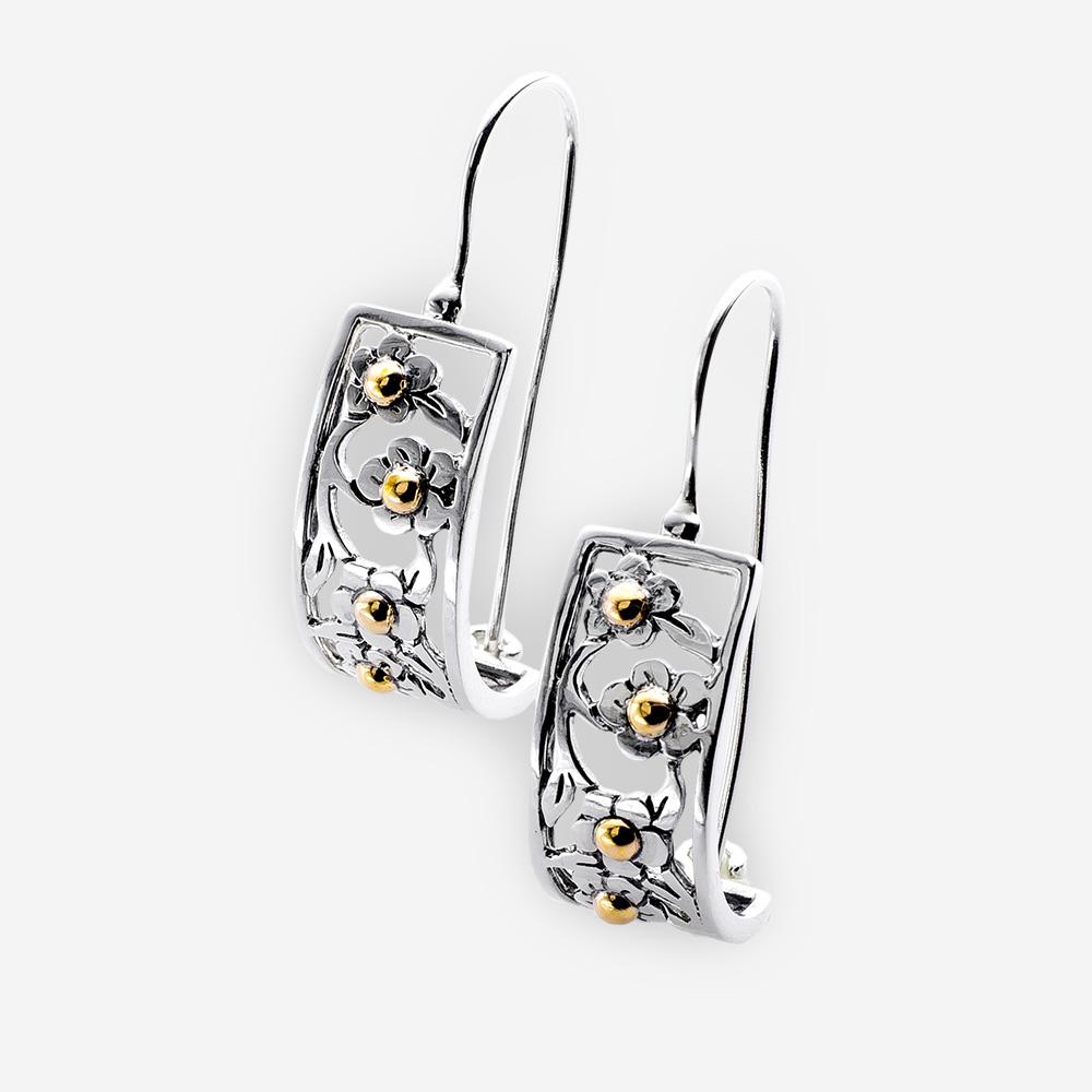 Aretes de plata con detalles florales de oro de 14k y plata con refuerzos de alambre.
