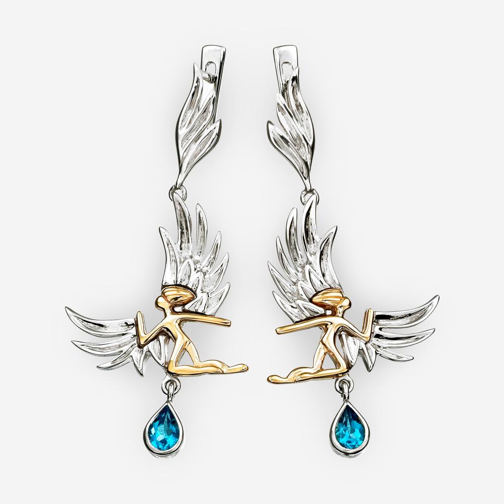 Aretes de angeles dorados con gemas topacio azules y detalles de plata.