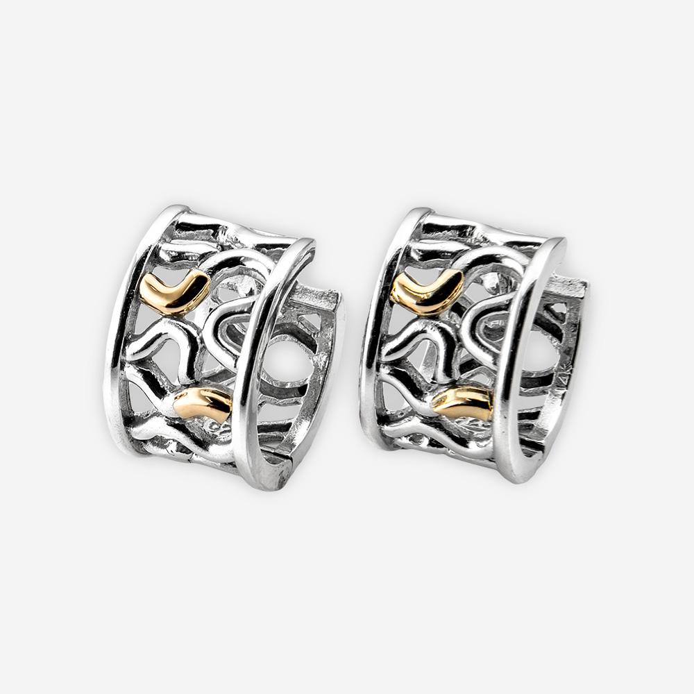 Aretes de plata con detalles dorados y cierre huggie.