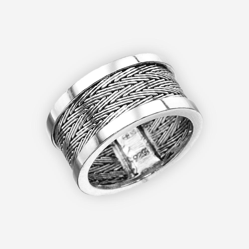 Anillo de plata tejida a mano con un patrón de tejido de espiga.