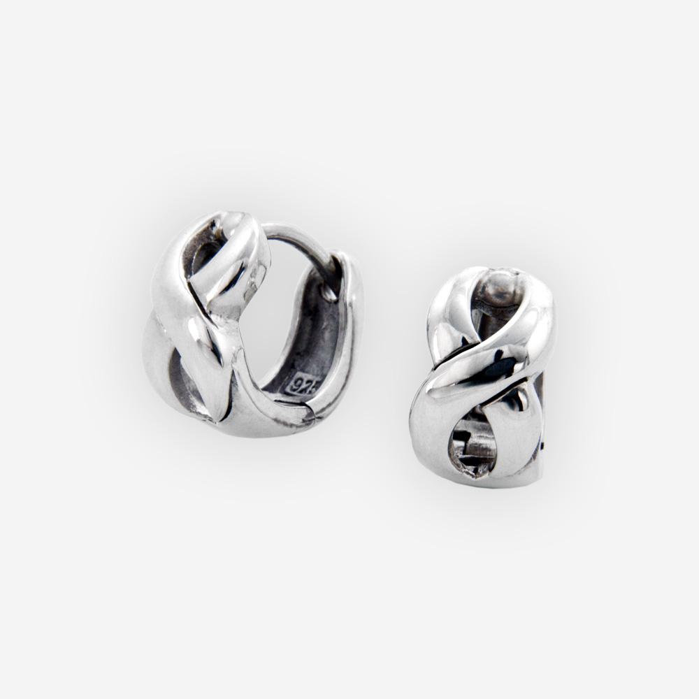 Aretes entrelazados fabricados de plata .925 con cierres huggie.