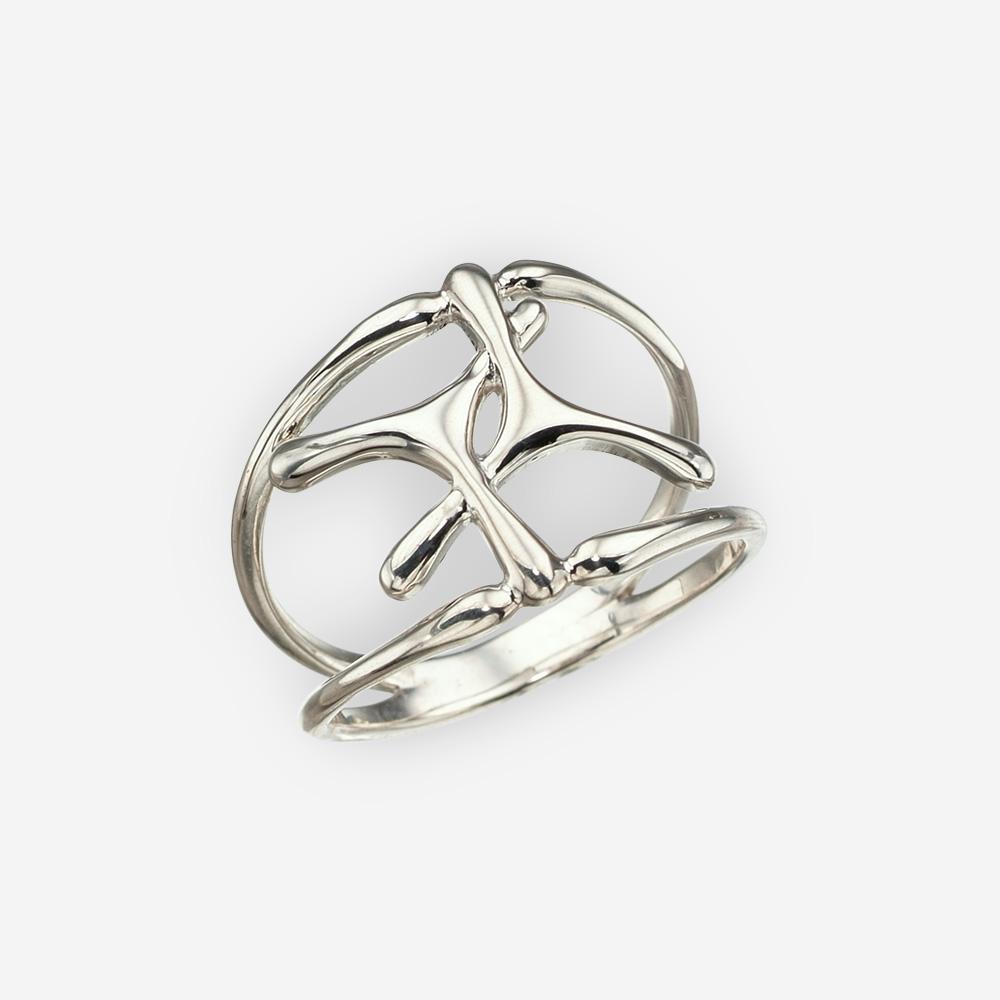 Anillo entrelazado de plata minimalista con un alto acabado pulido.
