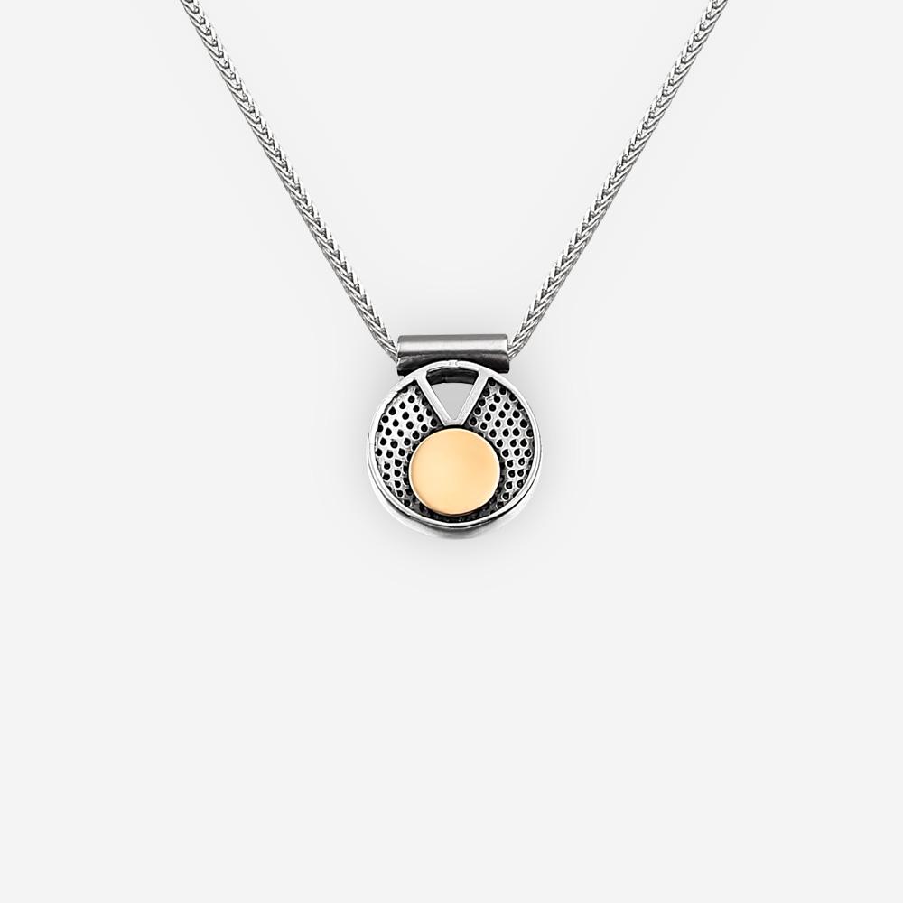Collar moderno de plata de dos tonos con diseño geométrico recortado y acentos de oro en una cadena de plata.
