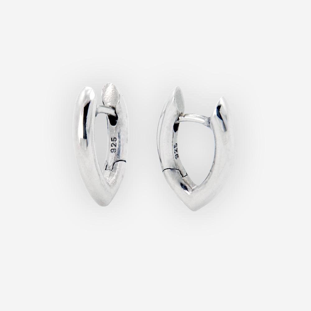 Los aretes de plata se hacen a mano de plata fina 925 con los cierres huggie.