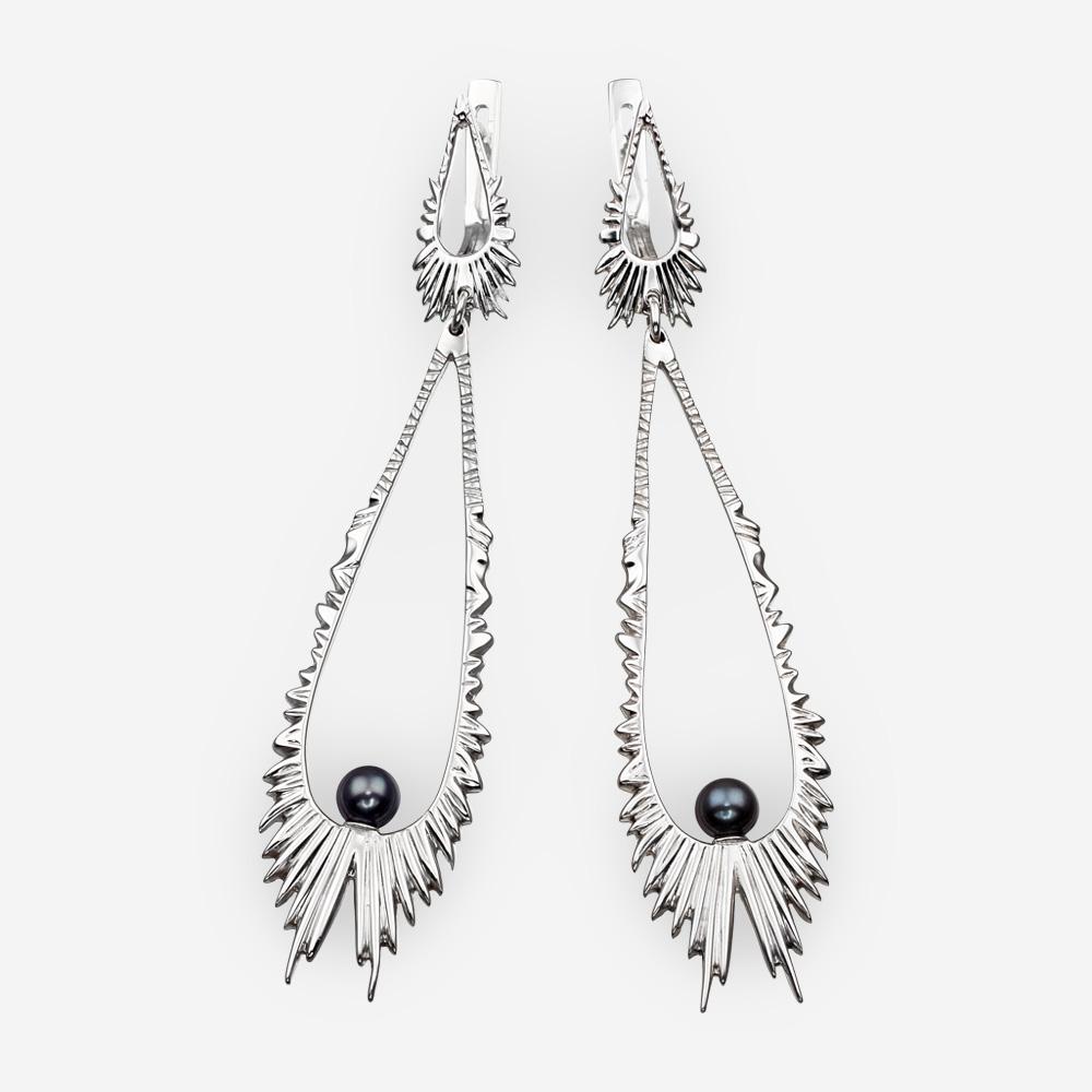 Aretes de plata aurora boreal con un par de perlas negras.