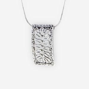 Collar con cadena y pendiente rectangular con diseño calado y enmarcado en Plata .925