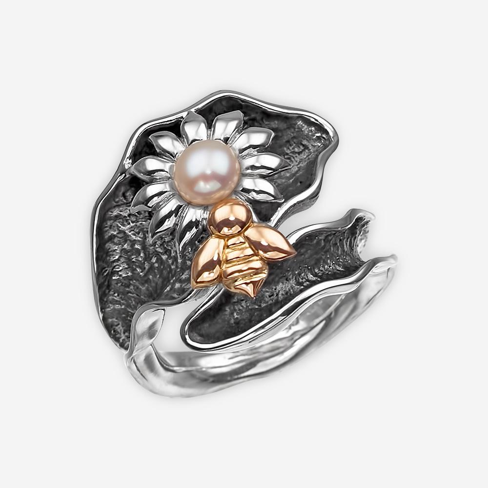 Anillo de plata con una flor en el centro una perla de agua dulce y una abeja de oro de 14k.