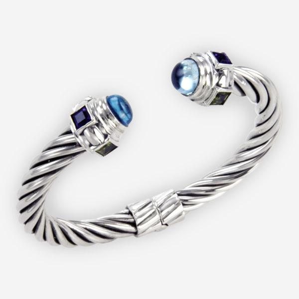 El brazalete de tubo trenzado de plata con piedras semipreciosas