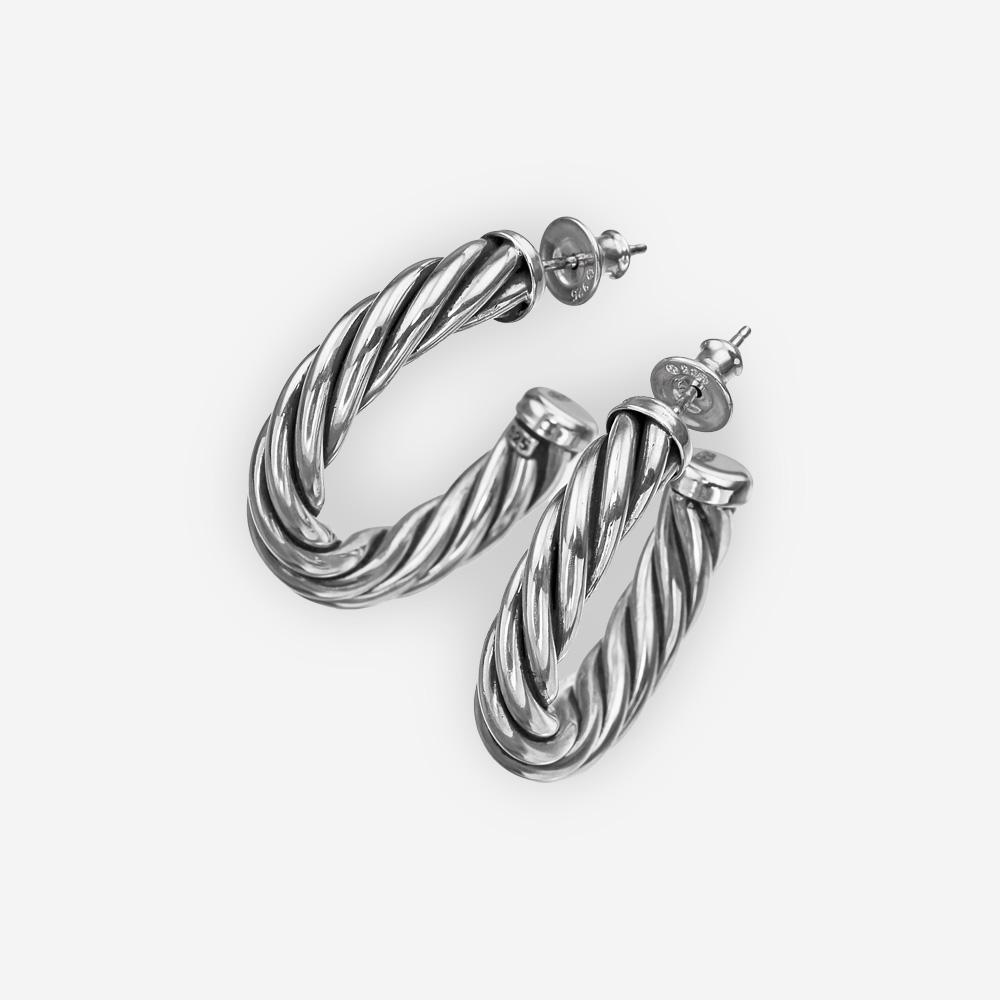 Aretes clásicos de cable torzal con postes de plata fina y cierre de broches.