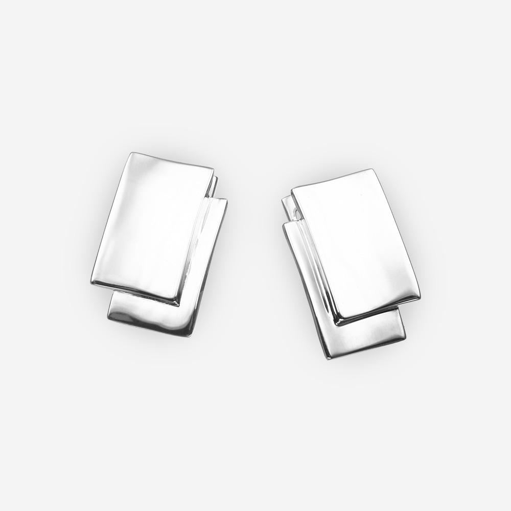 Aretes de plata fina minimalista con detalles superpuestos y acabado pulido.