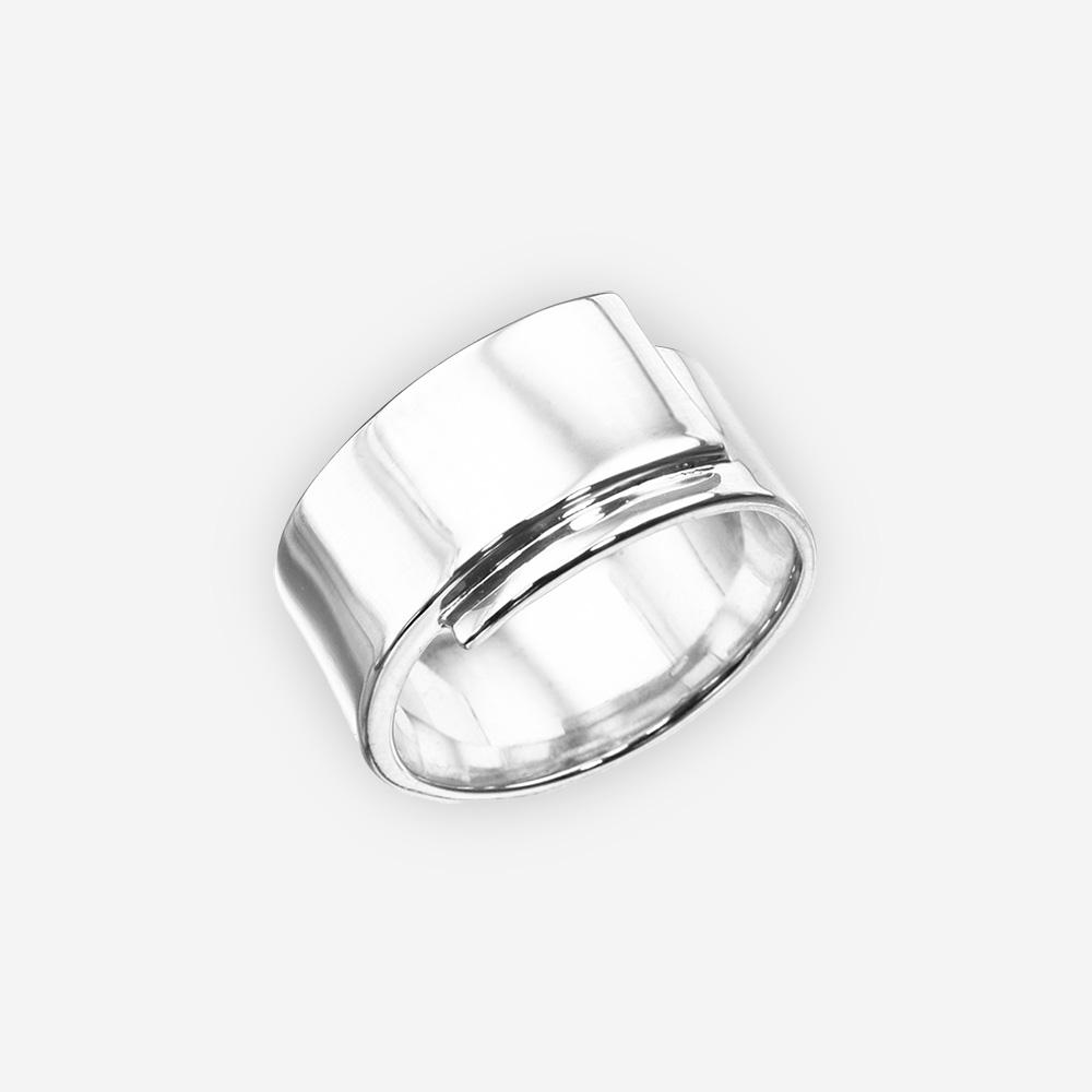 Elegante anillo de plata minimalista con un alto acabado pulido.