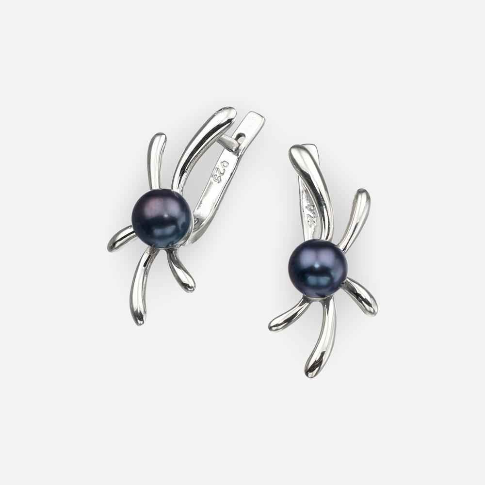 Aretes pequeños de plata con diseño floral y perlas negras. Incluyendo cierre retención.