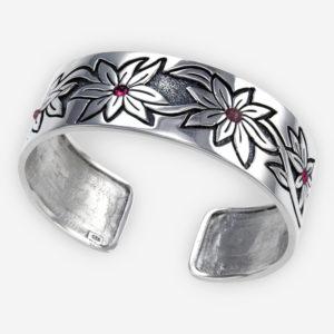 Brazalete confeccionado en plata sólida .925, con grabados florales y con pequeños cabujones de piedras preciosas.
