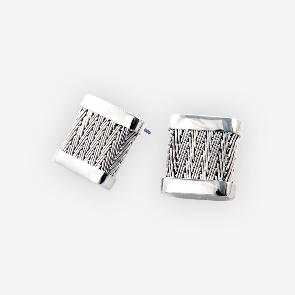 Estos aretes cuadrados de plata de poste se hacen a mano en la plata fina 925 y ofrecen un patrón tejid