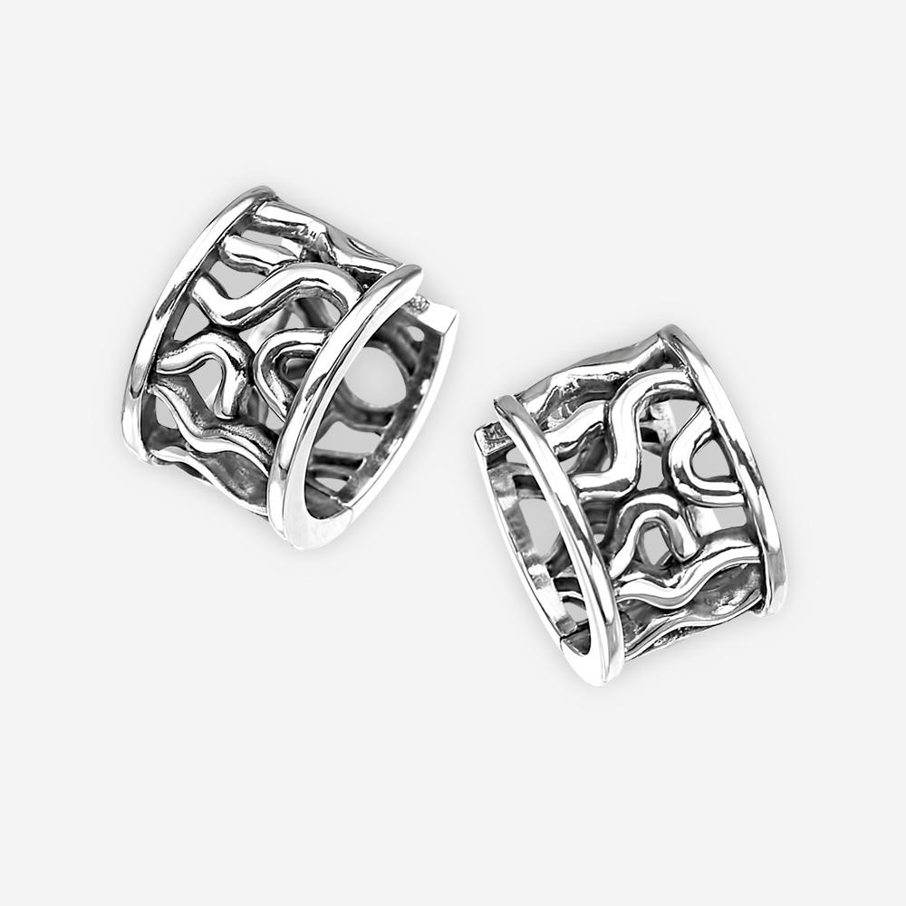 Aretes de plata abstractos con diseño de red y cierre de huggie.