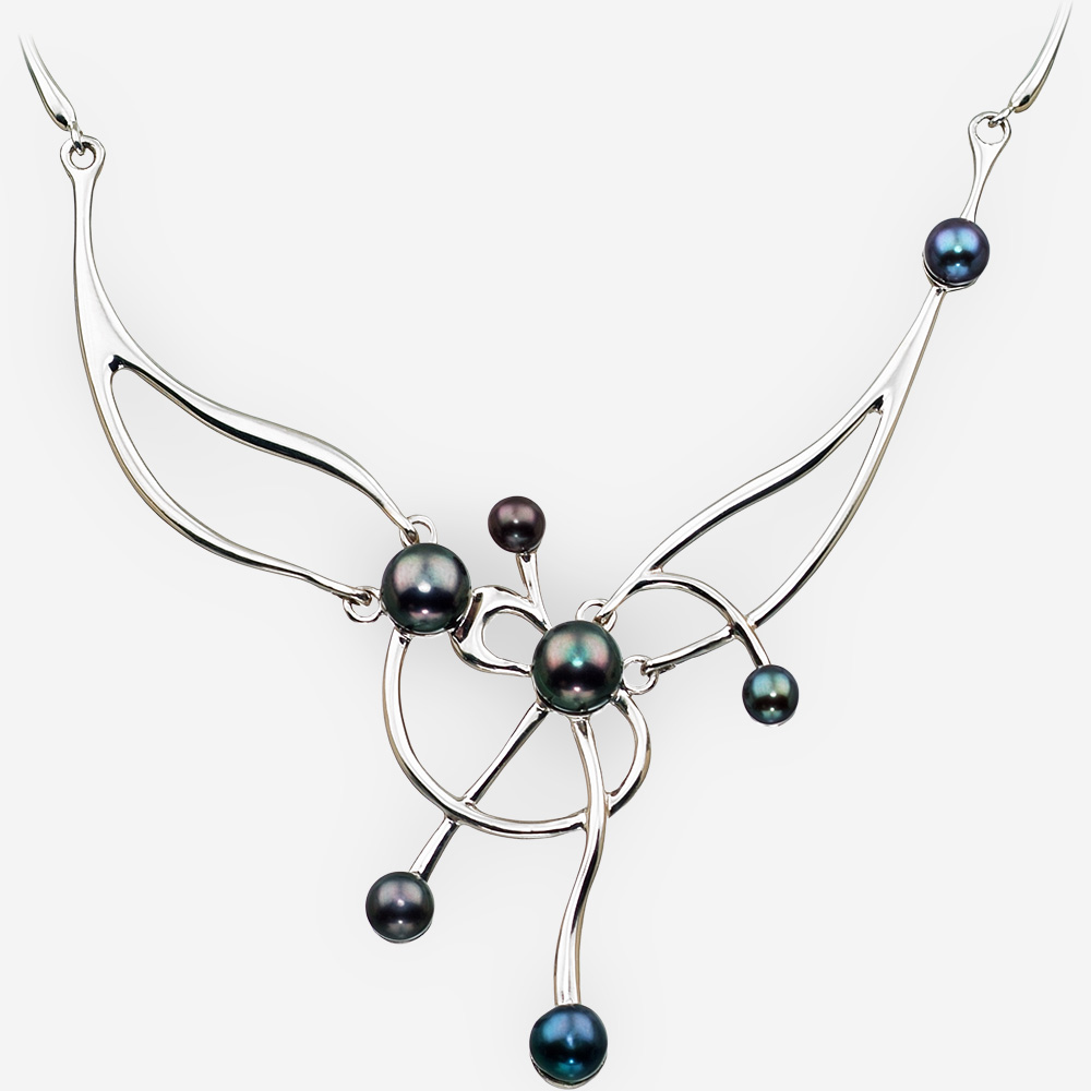 Collar de plata fina asimétrica con perlas de agua dulce negra y un acabado pulido.