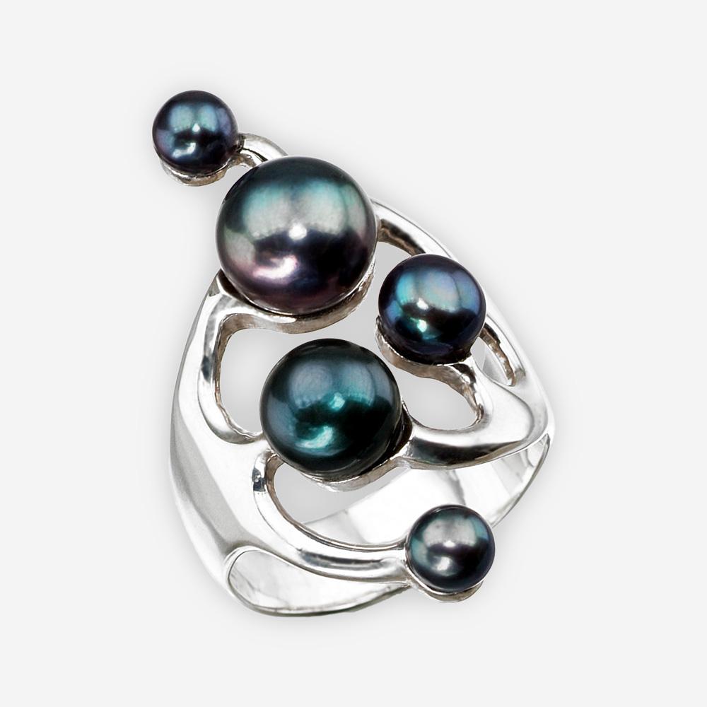 Anillo de plata fina asimétrica con acabado pulido y juego de múltiples perlas de agua dulce negra.