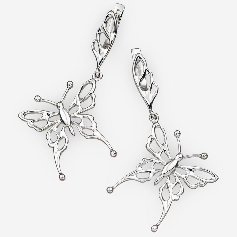 Aretes de plata en forma de mariposa y cierre de seguridad.