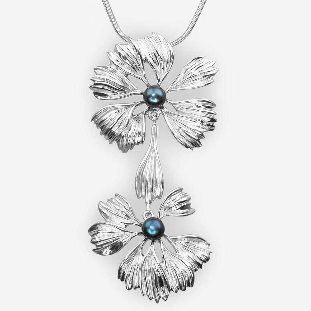 Pendiente de flores de plata con perlas de agua dulce de color negro.