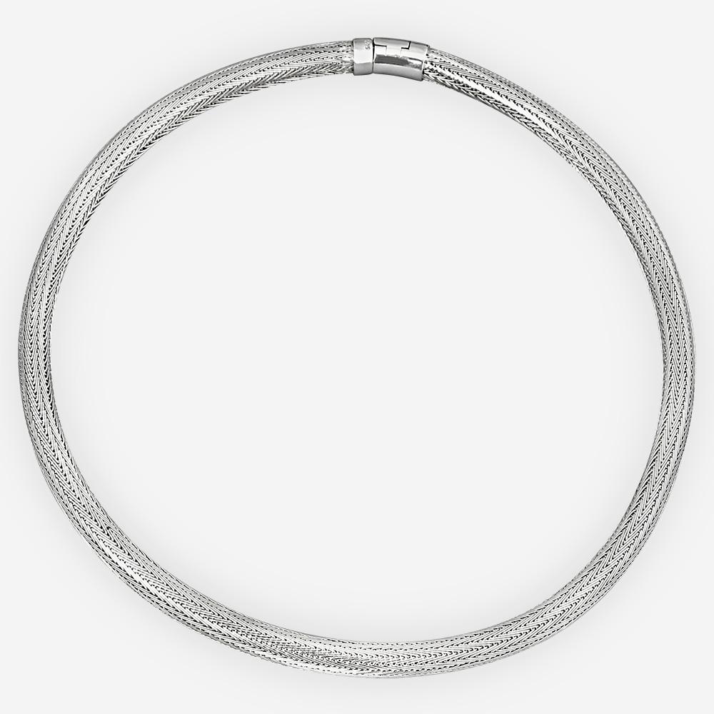 El collar con la cadena de la espiga de la plata fina es tejida a mano y tiene un alto final pulido.