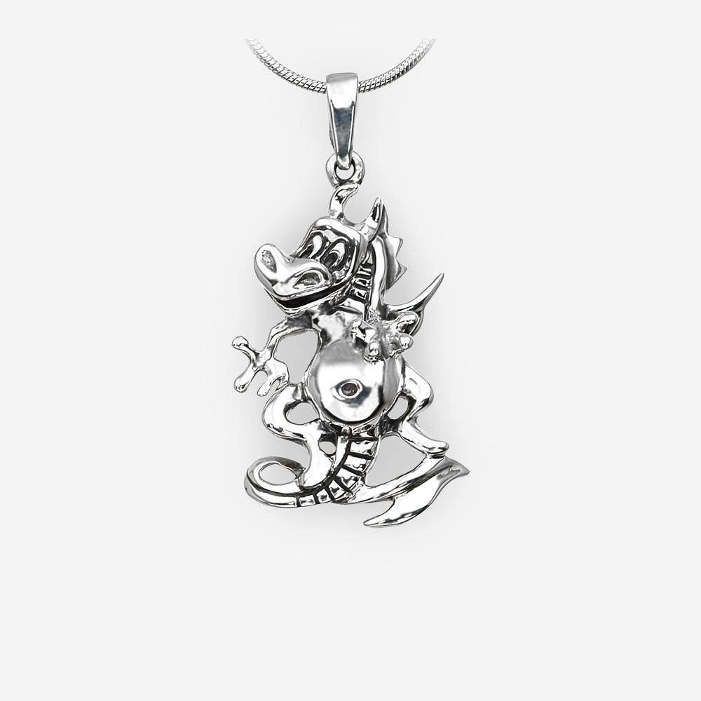 Pendiente de dragón mágico de plata fina con un acabado oxidado.