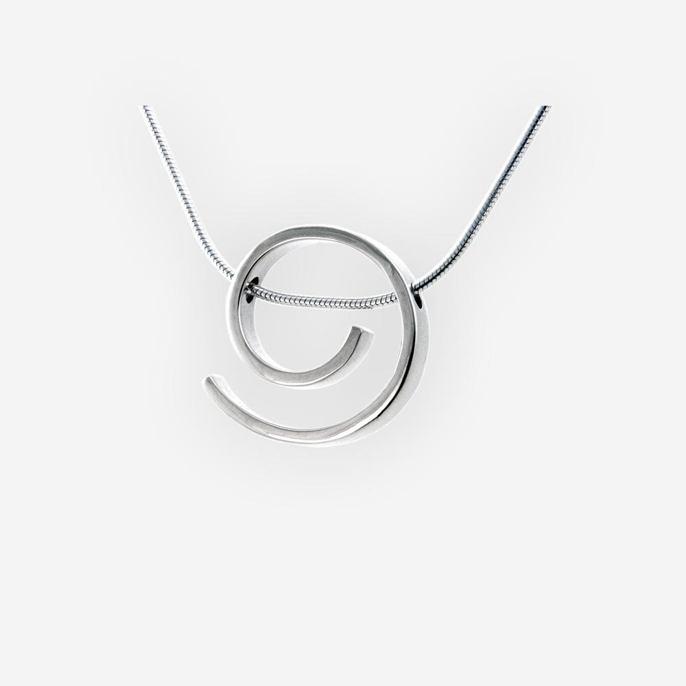 El collar espiral de plata diseño espiral hecho a mano en plata fina pulida 925.