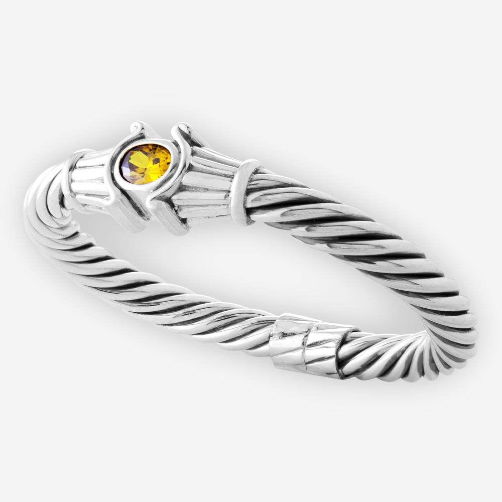Brazalete de cable con bisagras gruesas de plata fina presenta una piedra preciosa de zirconia cúbica facetado.