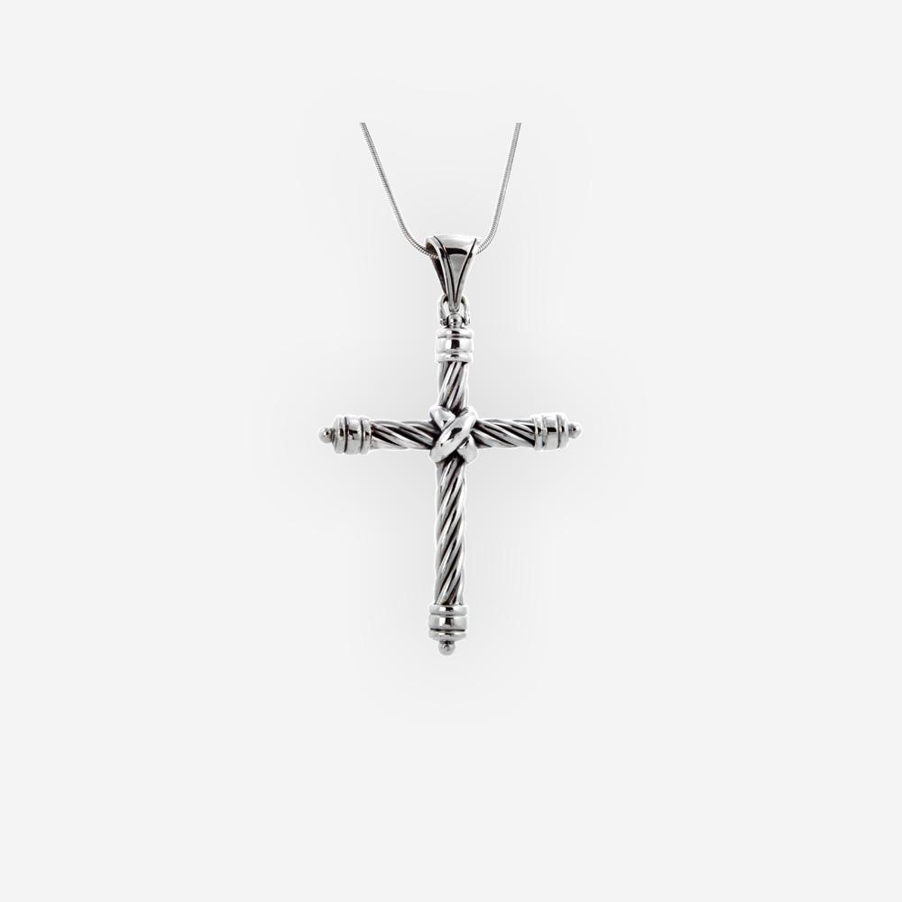 El pendiente religioso de cable torcido ofrece un diseño torcido de cable y hecho a mano de plata fina 925.