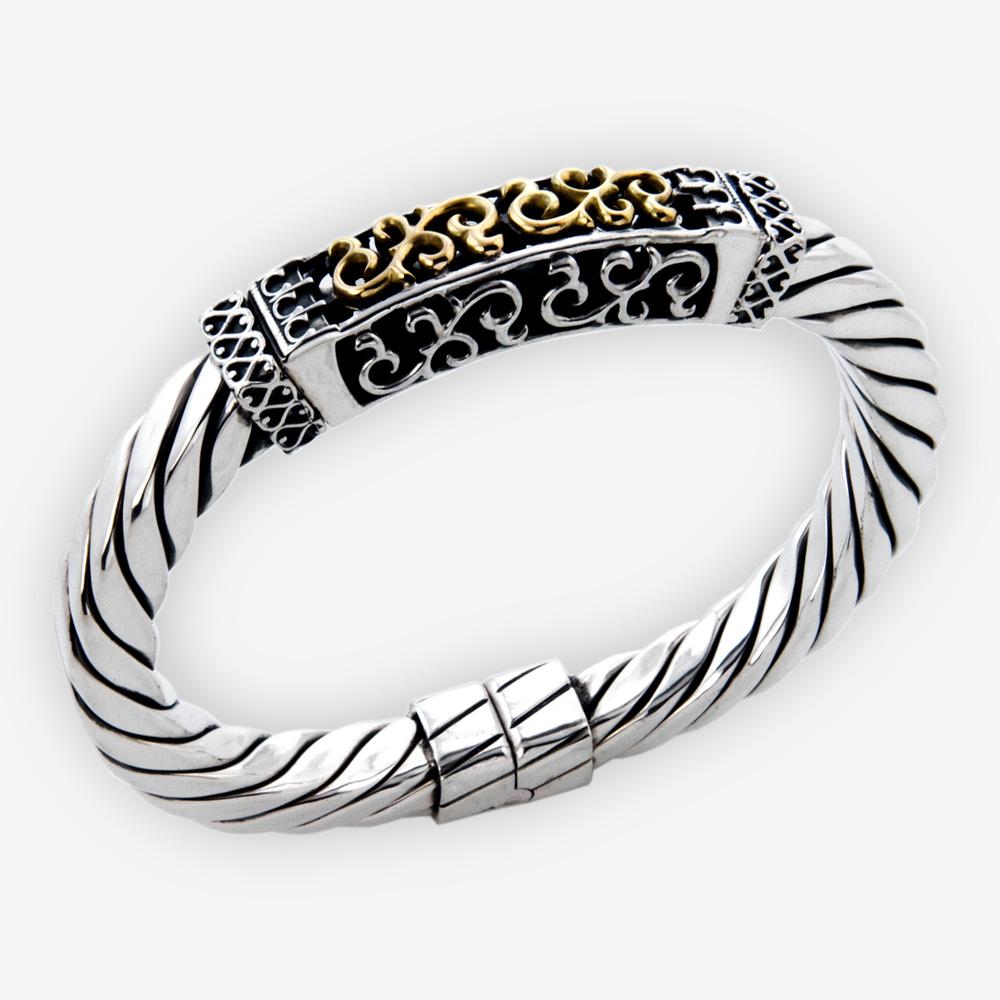 Brazalete de cable que ofrece el afiligranado afilado y hecho a mano de la plata fina .925 con el detalle del oro 14k.