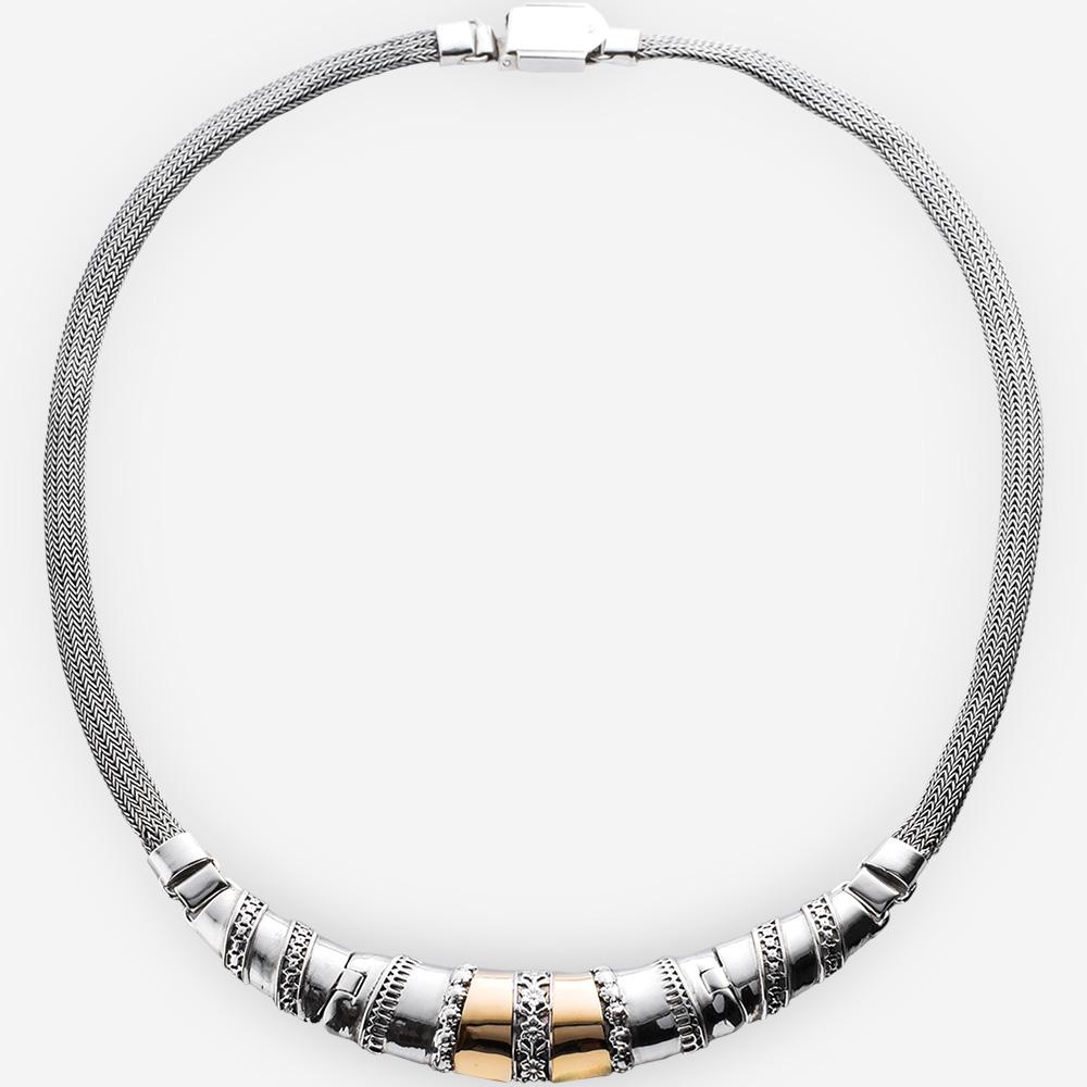 Collar de dos tonos de plata con adorno floral de plata fina y detalles de oro de 14k.