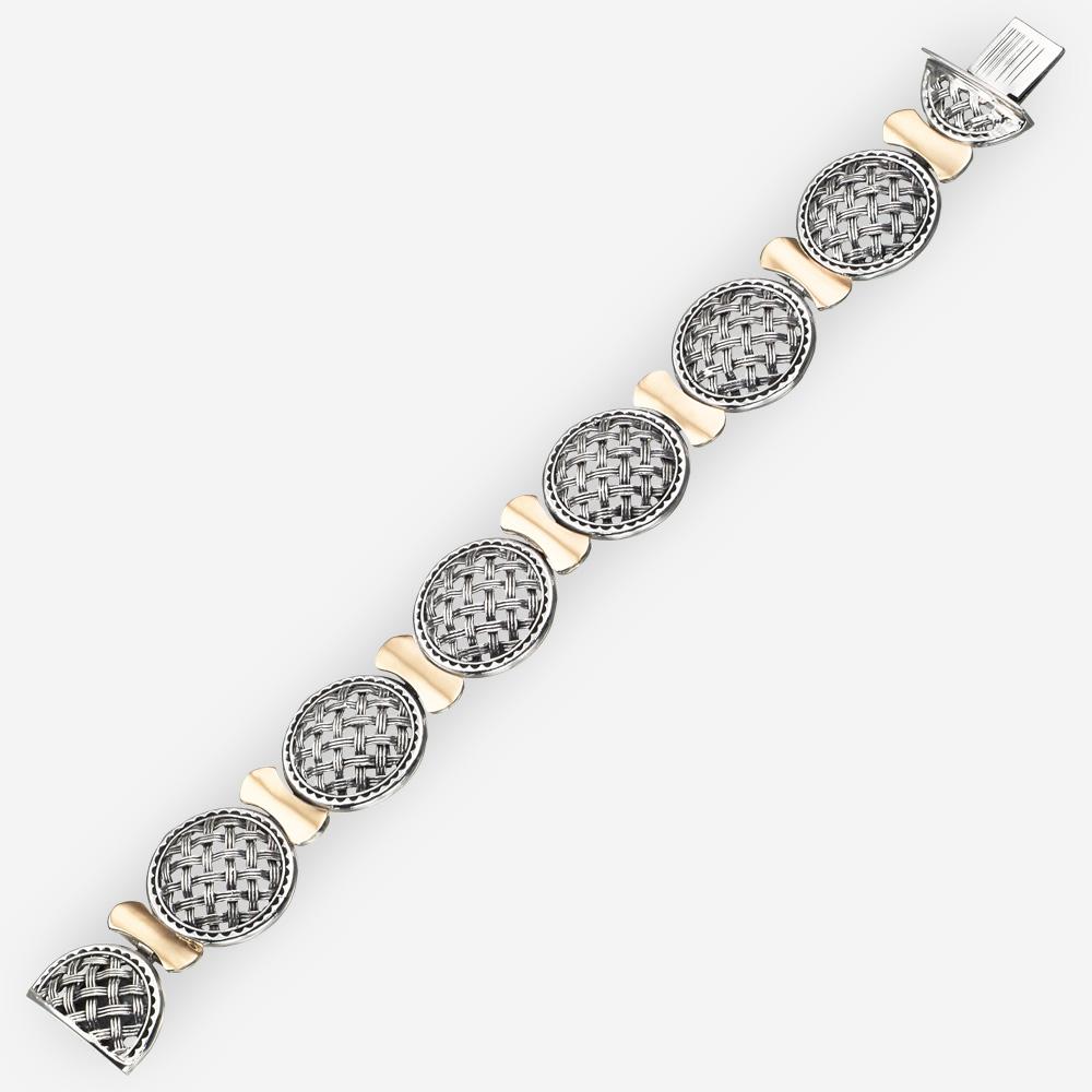 Brazalete de plata con oro de diseño entrelazado con de eslabones tejidos y partes intermedias de oro.