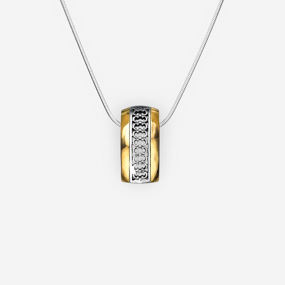 Delicado collar de plata de dos tonos con diseño de filigrana y acentos de oro de 14k en la cadena de plata.