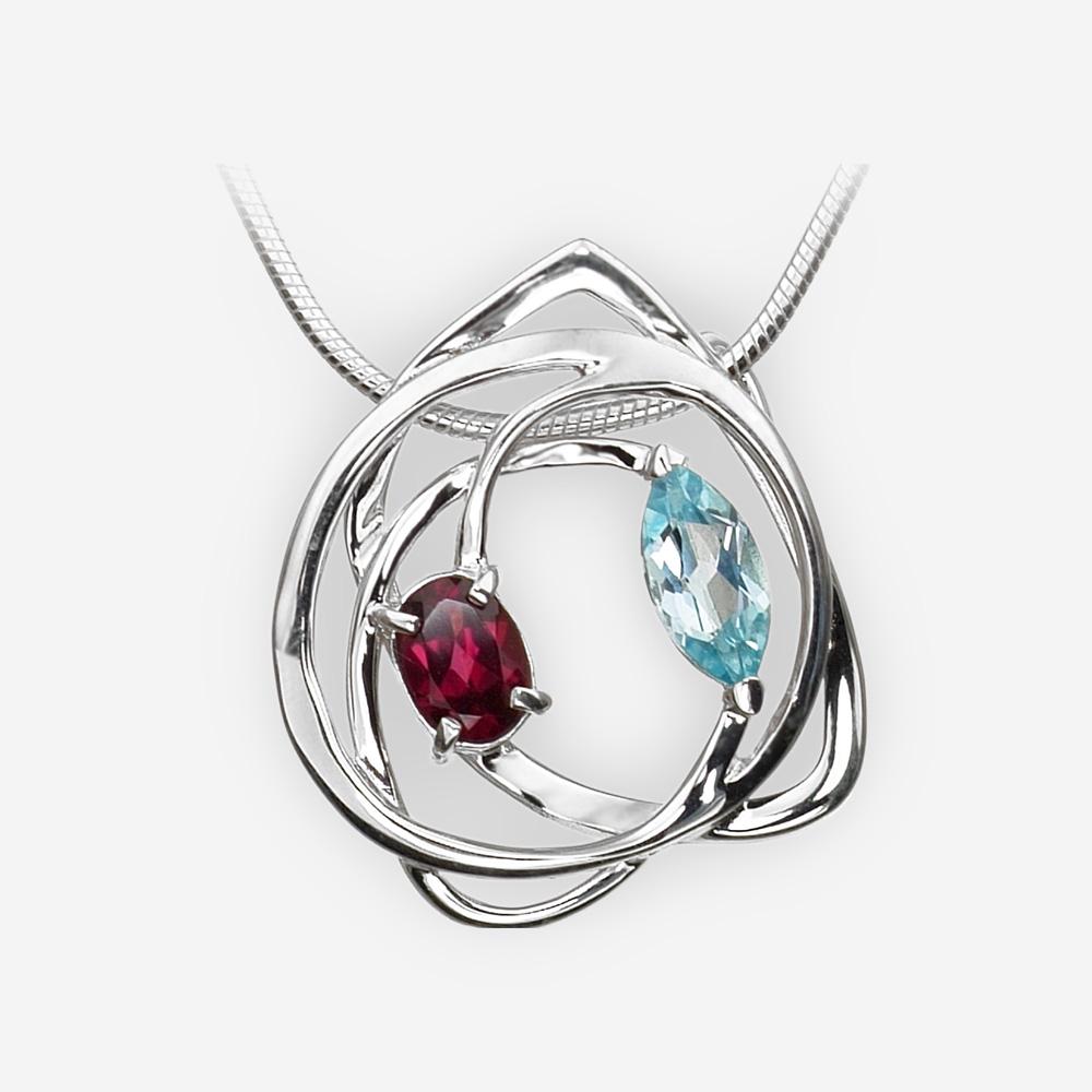 Pendiente de plata único hecho de plata .925 con un de conjunto granate y gemas de topacio azul.