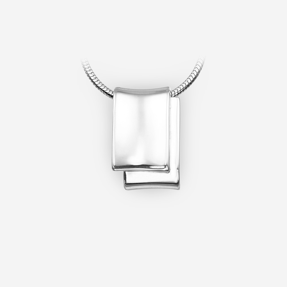 Pendiente de plata minimalista unisex con un alto acabado pulido.