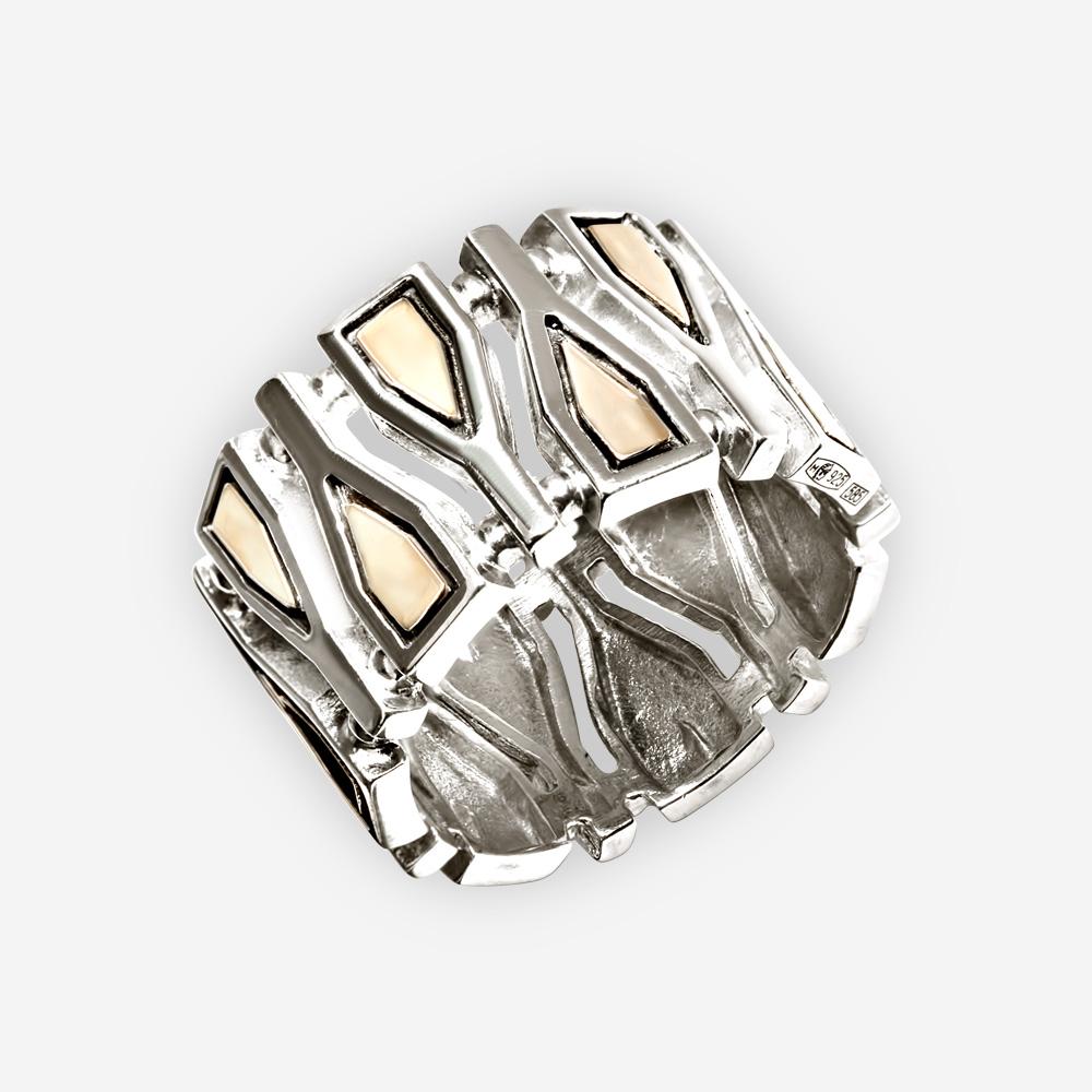 Un anillo ancho con fragmentos geométricos elaborado en plata .925 con acentos de oro de 14k.